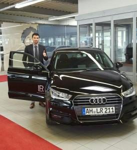Cihan Dogan mit seinem neuen Firmenwagen