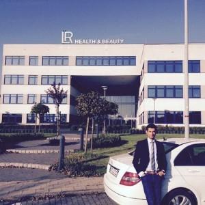 Cihan Dogan vor dem LR-Hauptsitz in Ahlen